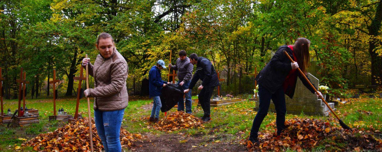 Wspólne sprzątanie grobów NN